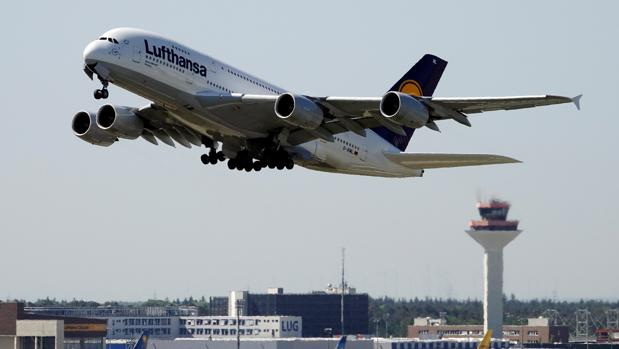 Un avión de Lufthansa despega del aeropuerto de Fráncfort (Alemania)