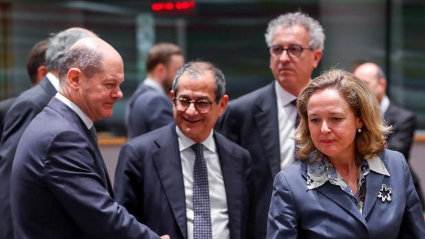 La ministra española de Economía, Nadia Calviño (dcha), su homólogo italiano Giovanni Tria (centro), y el ministro alemán de Finanzas, Olaf Scholz (izda)