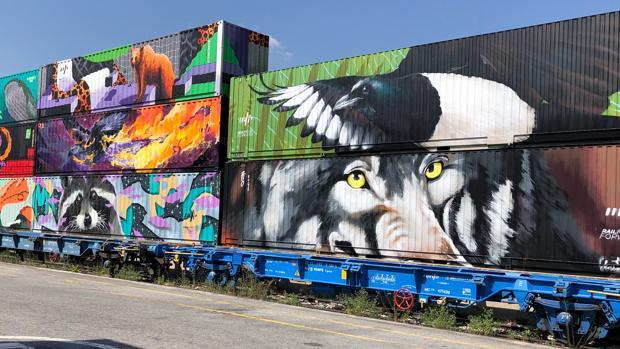 Artistas urbanos de los países involucrados han pintado los contenedores del Tren de Noé