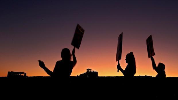 Un grupo de trabajadores se manifiesta en la planta de Arlington (Texas)