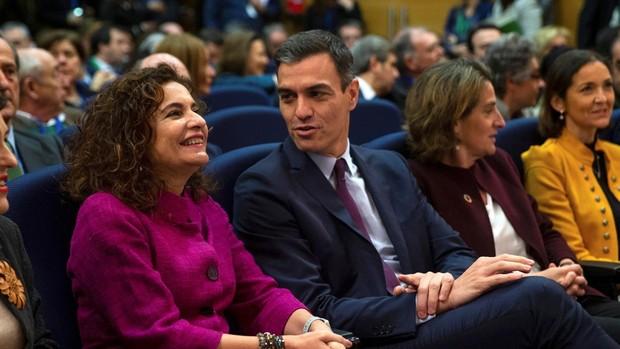 El presidente del Gobierno, Pedro Sánchez, junto a la ministra para la Transición Ecológica, Teresa Ribera (2d), la ministra de Hacienda, María Jesús Montero