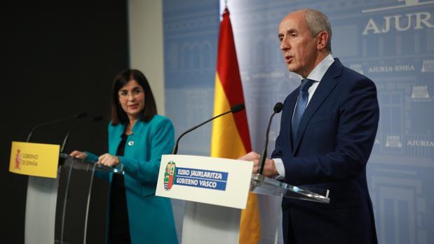 La ministra de Política Territorial y Función Pública, Carolina Darias (izda) y el consejero de Gobernanza Pública y Autogobierno y portavoz del Gobierno vasco, Josu Erkoreka (dcha)