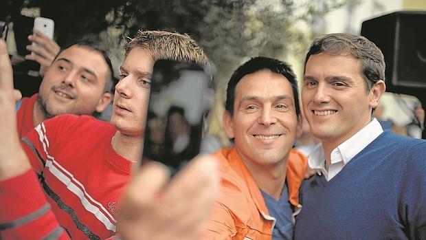 Rivera posa con un simpatizante que hace un «selfie»