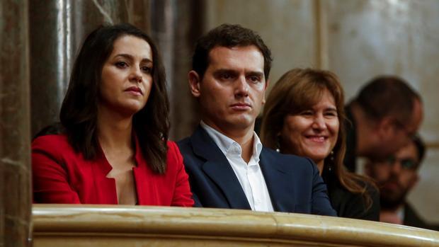 Inés Arrimadas y Albert Rivera, ayer junto a la independentista Laura Borràs en el Parlamento catalán