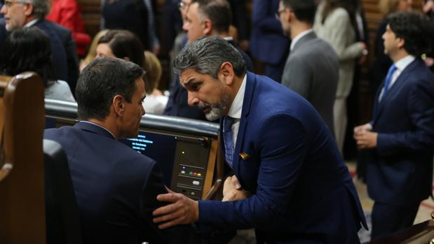 Juan José Cortés charla con el presidente del Gobierno en funciones, Pedro Sánchez, durante la sesión constitutiva de las Cortes, en mayo
