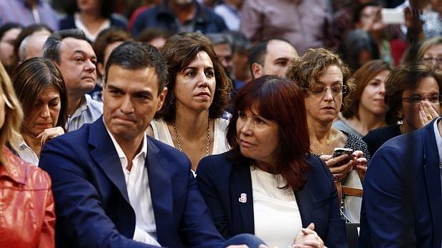 Pedro Sánchez. Detrás de él, Irene Lozano