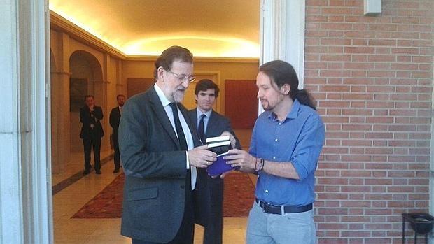 Pablo Iglesias hace entrega de su regalo