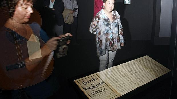 Dos mujeres observan la partitura