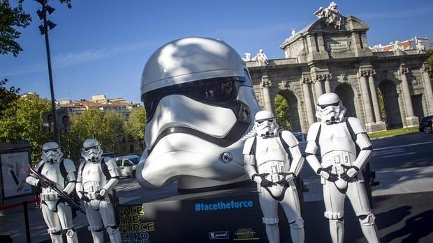 Una de las cabezas, situada en la Puerta de Alcalá, rodeada del ejército de Darth Vader durante la presentación
