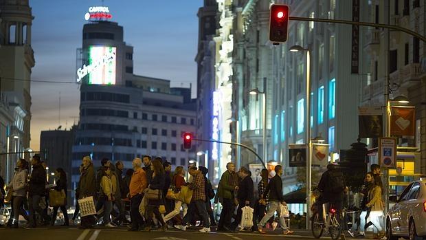 Decenas de personas cruzan por la Gran Vía, junto a la nueva tienda de Primark