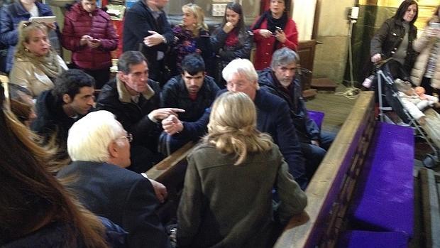 Gere charla con los «sin techo» y con el padre Ángel en la iglesia de San Antón