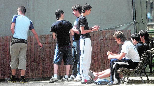 Imagen de archivo de un grupo de menores consumiendo cannabis
