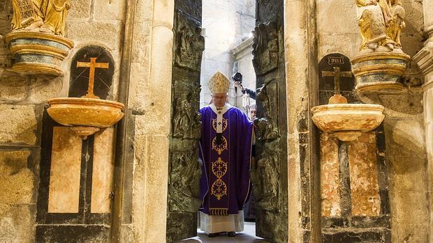 El arzobispo Barrio abrió este domingo la Puerta Santa