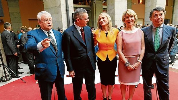 Los expresidentes Leguina, Gallardón, Aguirre y González, con Cifuentes en el centro
