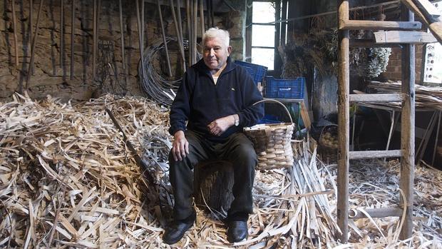 Avelino García, el último «cesteiro» de la Ribeira Sacra, en su taller de A Sariña días antes de morir
