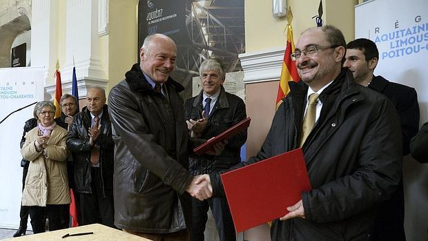 Alain Rousset y Javier Lambán, presidentes de Aragón y Aquitania, durante la reunión que han mantenido en la histórica estación de Canfranc (Huesca)