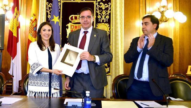 Paula Crespo recoge el galardón de manos del presidente de la Diputación, Benjamín Prieto, acompañado del diputado Javier Doménech