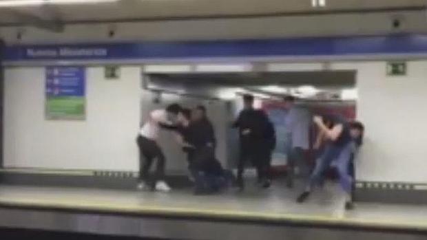 Captura del vídeo donde se ve a los implicados en la reyerta en el Metro de Nuevos Ministerios