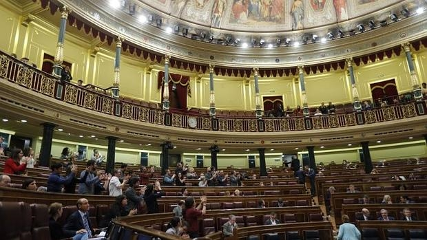 Diputados de Podemos aplauden en el Congreso de los Diputados