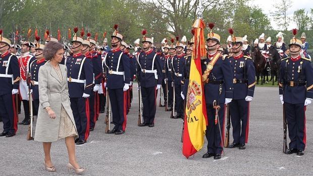 Doña Sofía pasa revista en la jura de bandera de civiles y guardias reales celebrada este viernes en El Pardo