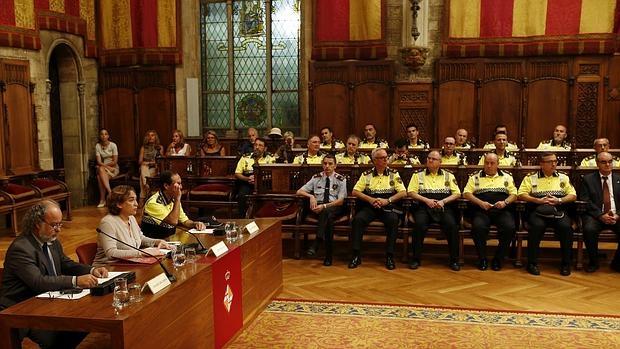 Colau, en el centro de la mesa, junto a Amadeu Recasens (i) y el jefe de la Guardia Urbana, Evelio Vázquez