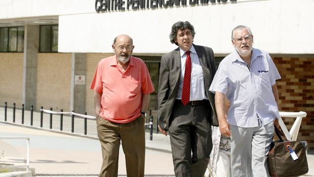 Millet y Montull, junto a su abogado, en el centro, a su salida de la prisión de Brians 2