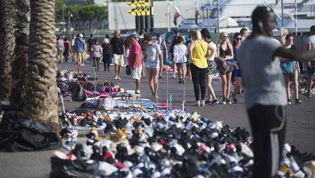 Venta ambulante ilegal esta semana en el paseo Juan de Borbón de Barcelona