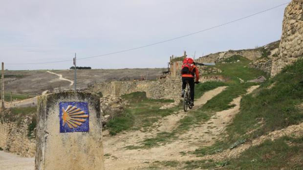 Un ciclista recorre el Camino de Santiago