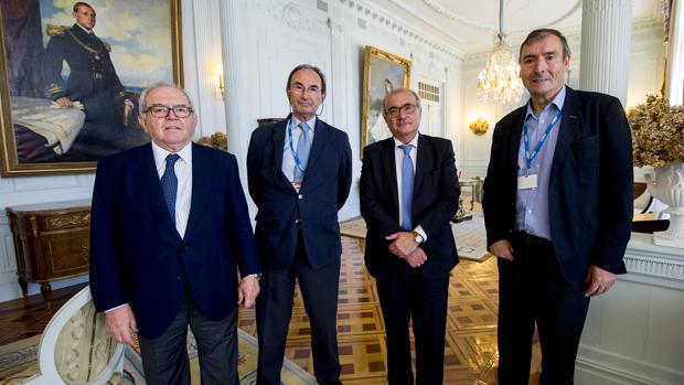 De izquierda a derecha: Eduardo Serra, Emilio Lamo de Espinosa, Benigno Pendás y Juan José Laborda