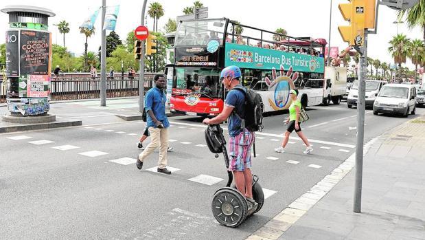 Un turista montado en un Segway, esta semana en el Paseo Colón de Barcelona