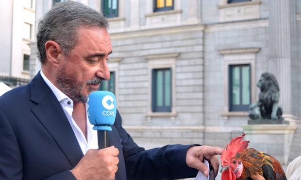 Carlos Herrera, junto al gallo Filipo, a las puertas del Congreso
