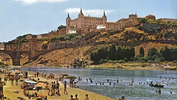 La «playa» de Safont, con el Alcázar al fondo, era uno de los lugares tradicionales de baño