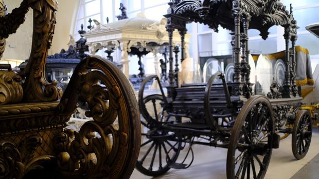 Varios carruajes olvidados en el antiguo depósito de cadáveres