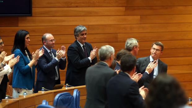 El candidato popular recibe los aplausos de su grupo parlamentario tras su discurso