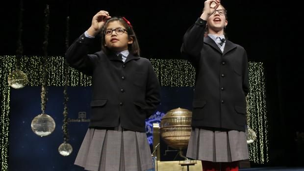 Dos niños del colegio de San Ildefonso, en el Sorteo de Navidad de 2015