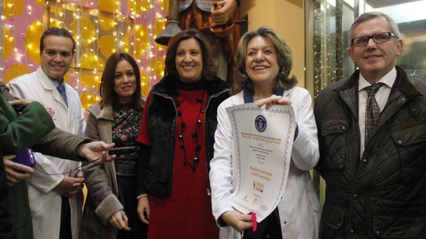 Inés Gárate muestra el certificado del Récord Guinness