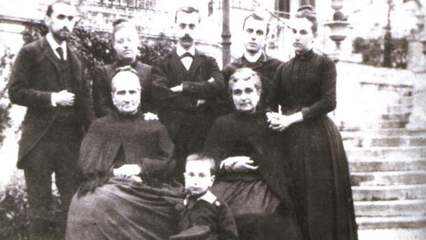 Dorotea Chopitea, en el centro con sus hijos y sus nietos