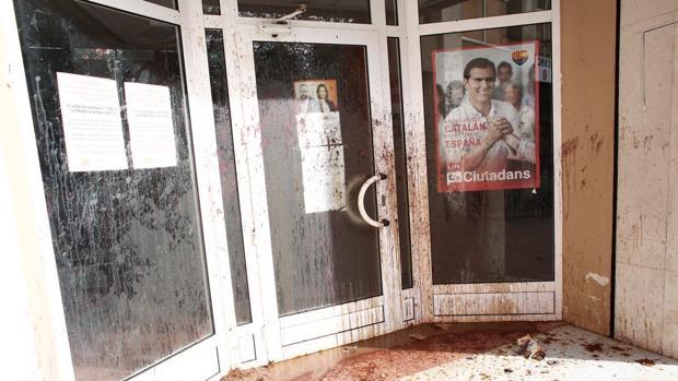 Aspecto de la entrada de la sede de C's, tras el anterior ataque