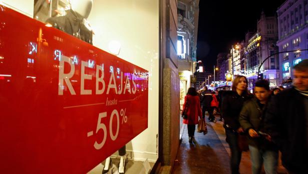 Un cartel con «rebajas de hasta el 50%» preside el escaparate de una tienda de ropa en Gran Vía