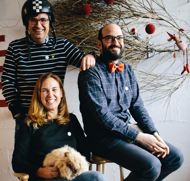 Patxi (con casco), Carlos y Natalia, quien tiene sobre su regazo un conejo, la mascota de sus sobrinas