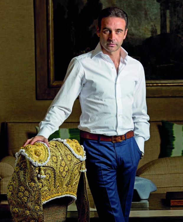 Enrique Ponce posa en su casa madrileña junto a un precioso vestido de torear