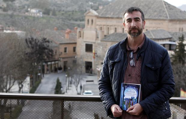 El escritor e investigador toledano José Ignacio Carmona posa con su último libro
