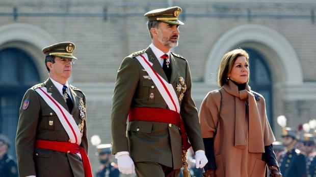 El Jefe de Estado Mayor del Ejército de Tierra, general Jaime Domínguez Buj, el Rey y Cospedal