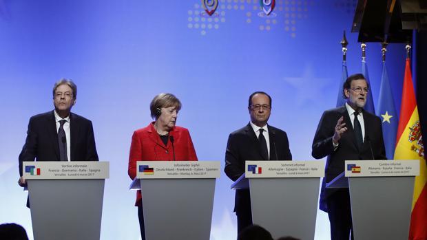 El primer ministro italiano, Paolo Gentiloni; la canciller alemana, Angela Merkel; el presidente de Francia, François Hollande, y el presidente del Gobierno, Mariano Rajoy