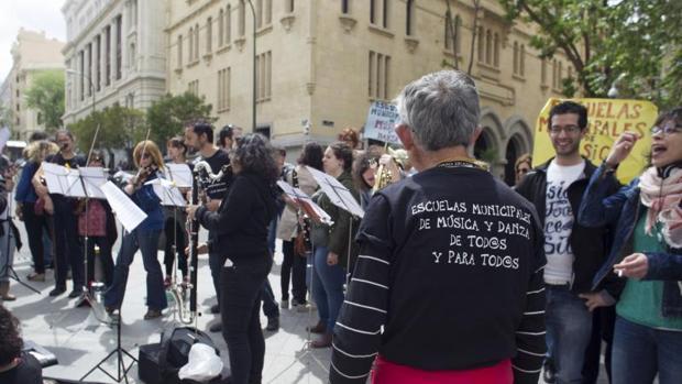 Los empleados de las treces escuelas de música protestan frente al Palacio de Cibeles