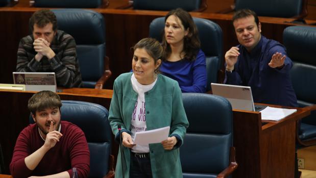La portavoz del grupo parlamentario de Podemos, Lorena Ruiz-Huerta, junto a otros diputados de su grupo