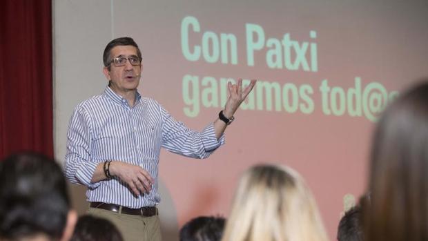 El candidato a liderar el PSOE Patxi López, ayer en un encuentro con militantes en Murcia
