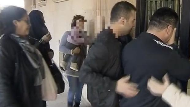 Varios de los kurdo-iraquíes que iban de polizones en el camión, a su llegada a los juzgados de Teruel