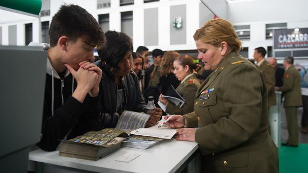 Jóvenes, en el estand informativo del Ejército en el Salón de la Enseñanza