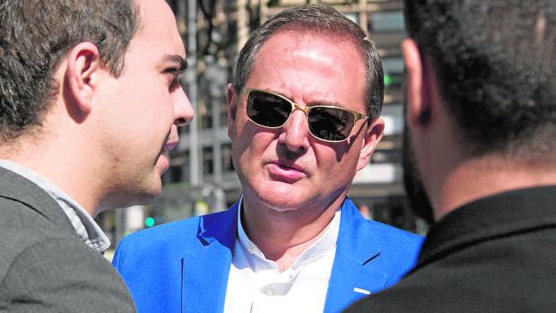 Trinitario Casanova (con gafas) conversa con el edil de Urbanismo, José Manuel Calvo